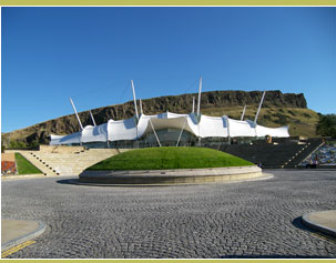 Dynamic Earth in front of Salisbury Crags